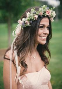 couronne-fleurs-cheveux-roses-accents-verts-ruban-rose-pudré